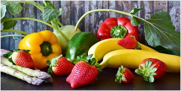 une alimentation riche en fruits et légumes pour la santé des yeux